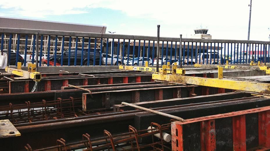 Instalação de trilhos do VLT de Cuiabá (MT) em viaduto próximo ao Aeroporto Internacional Marechal Rondon