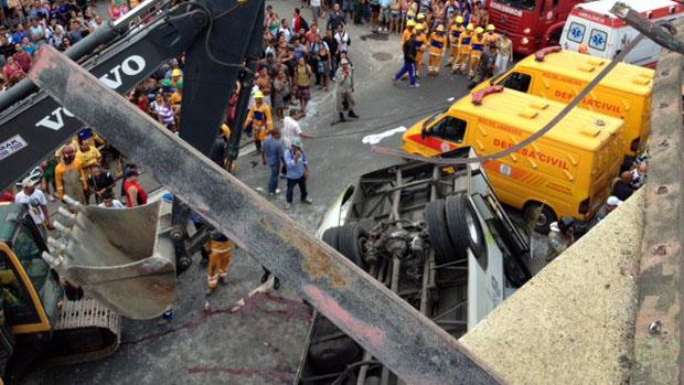 Ônibus cai de viaduto na Avenida Brasil no Rio de Janeiro