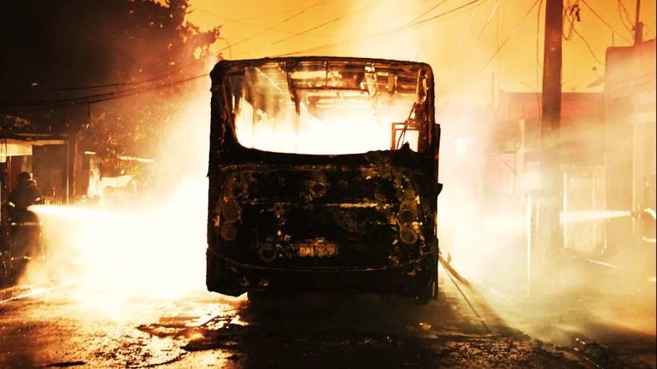 Um ônibus incendiado em Carapicuíba, grande São Paulo. Suspeita-se que o ato foi uma represália pela morte de quatro pessoas em um ataque de homens armados em motos