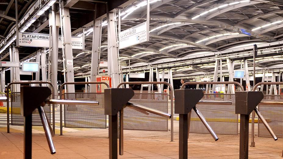 Terminal Pinheiros completamente vazio na noite de quarta-feira (21)