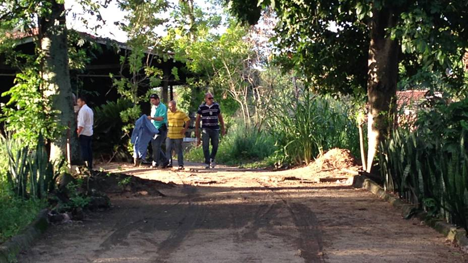 Investigadores realizam perícia no local onde o coronel da reserva Paulo Malhães foi encontrado morto em Nova Iguaçu na Baixada Fluminense