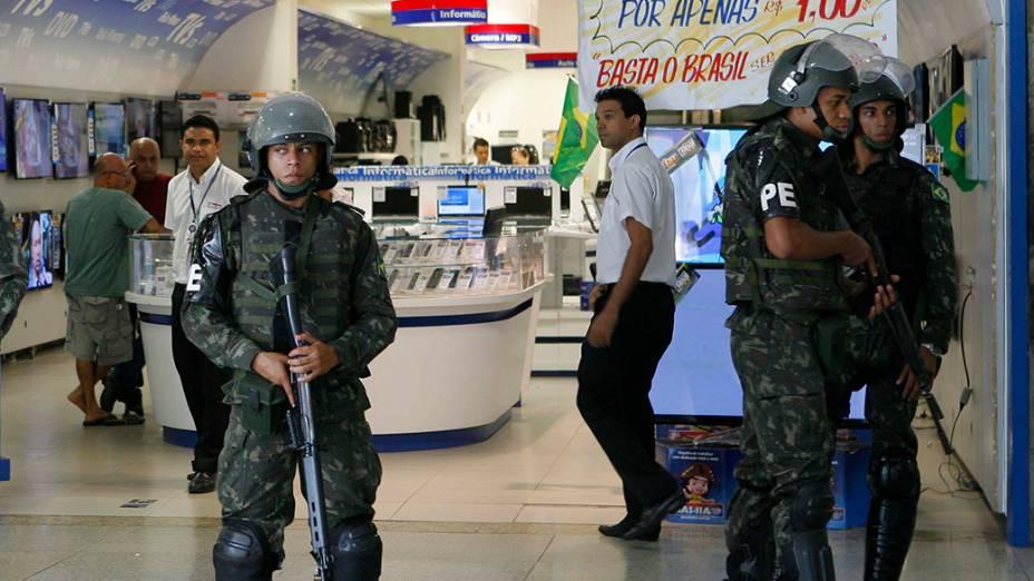 Nesta quinta-feira, policiais do exército relizam a segurança de um shopping em Salvador devido à greve de Policiais Militares e bombeiros