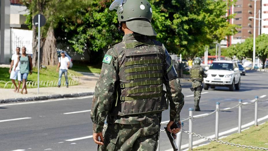 Nesta quinta-feira, policiais do exército relizam a segurança na cidade de Salvador devido à greve de Policiais Militares e bombeiros