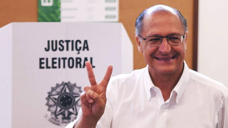 O candidato ao senado de São Paulo, José Serra (PSDB),vota no Colégio Santa Cruz na capital paulista, acompanhado de sua neta e do governador Geraldo Alckmin