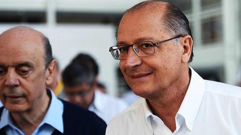 O candidato ao senado de São Paulo, José Serra (PSDB), vota no Colégio Santa Cruz na capital paulista, acompanhado do governador Geraldo Alckmin e de José Anibal