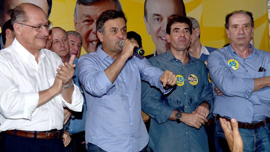 O candidato a reeleição ao governo do Estado, Geraldo Alckmin, ao lado do candidato do PSDB a Presidência da República, Aécio Neves, durante campanha em Ribeirão Preto, no interior paulista