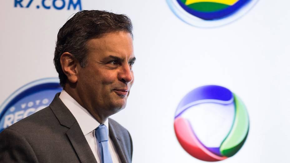 O candidato a Presidência da República, Aécio Neves (PSDB), chega para o debate promovido pela Rede Record neste domingo (28), em São Paulo