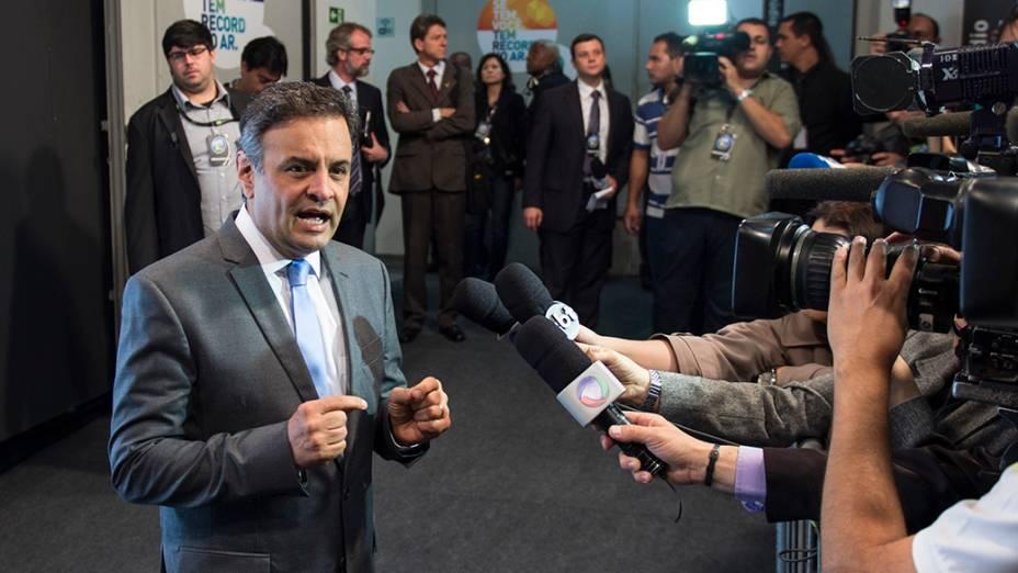 O candidato a Presidência da República, Aécio Neves (PSDB), concede entrevista antes do debate promovido pela Rede Record neste domingo (28), em São Paulo
