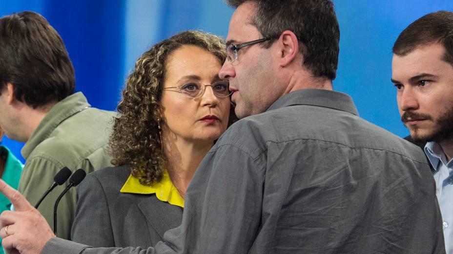 A candidata do PSOL à Presidência da República, Luciana Genro, recebe orientações de seus assessores durante o intervalo do debate promovido pela Rede Record, em São Paulo