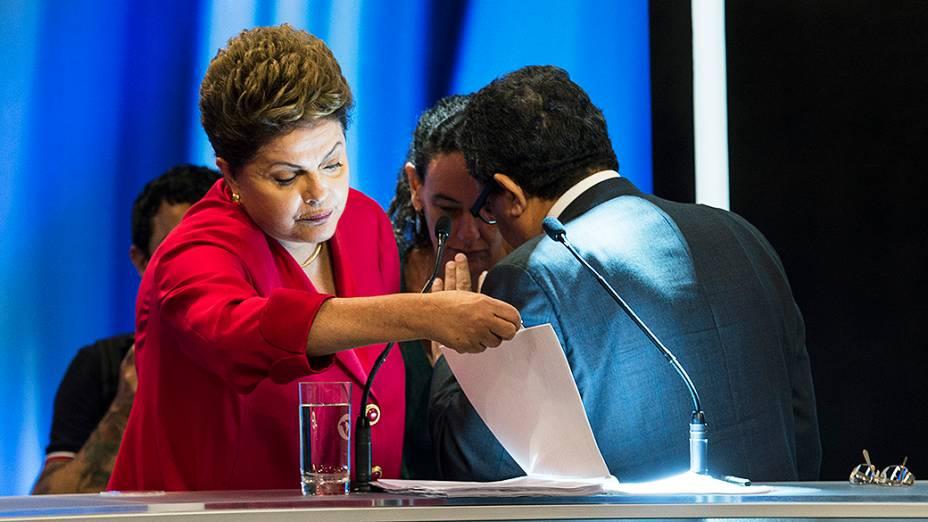 A candidata do PT à Presidência da República, Dilma Rousseff, durante o intervalo do debate promovido pela Rede Record, em São Paulo