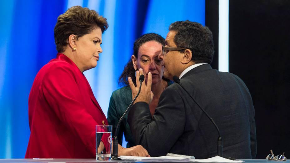 A candidata do PT à Presidência da República, Dilma Rousseff, conversa com seus assessores durante o intervalo do debate promovido pela Rede Record, em São Paulo
