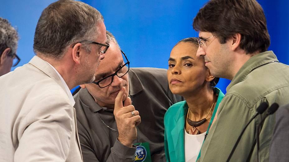 A candidata do PSB à Presidência da República, Marina Silva, recebe orientações de seus assessores durante o intervalo do debate promovido pela Rede Record, em São Paulo