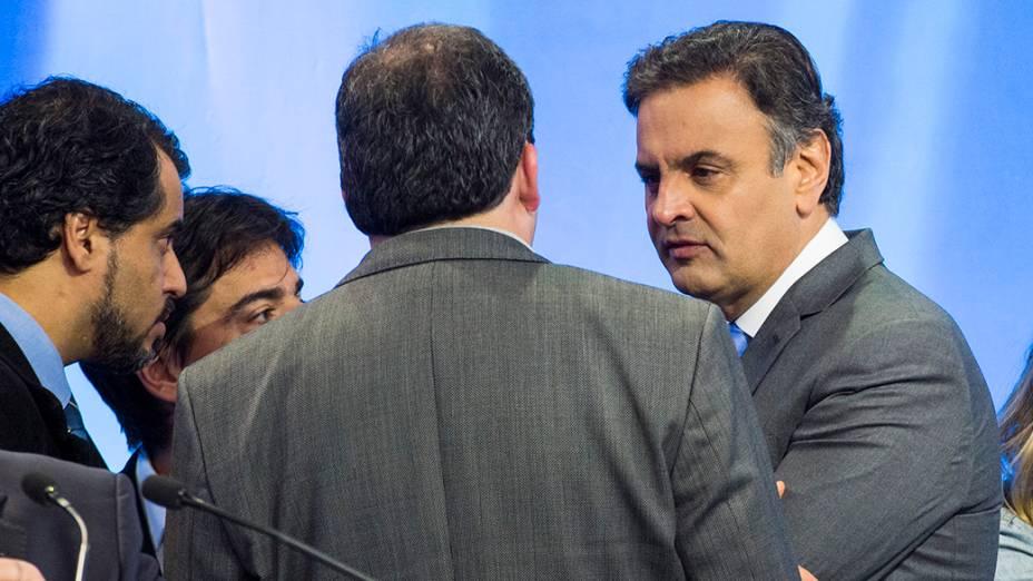 O candidato do PSDB à Presidência da República, Aécio Neves, durante o intervalo do debate promovido pela Rede Record neste domingo (28), em São Paulo