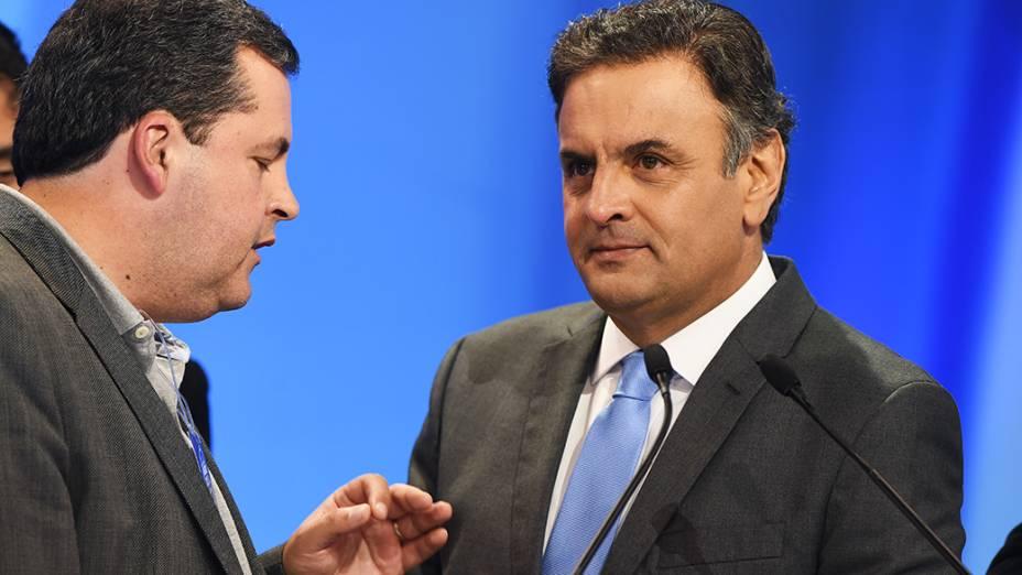 O candidato do PSDB à Presidência da República, Aécio Neves, recebe orientações de seus assessores durante o intervalo do debate promovido pela Rede Record neste domingo (28), em São Paulo