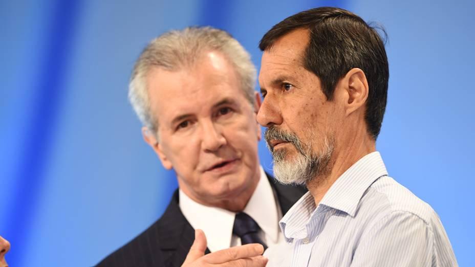 O jornalista Celso Freitas conversa com o cadidato do PV, Eduardo Jorge, durante o intervalo do debate promovido pela Rede Record neste domingo (28), em São Paulo