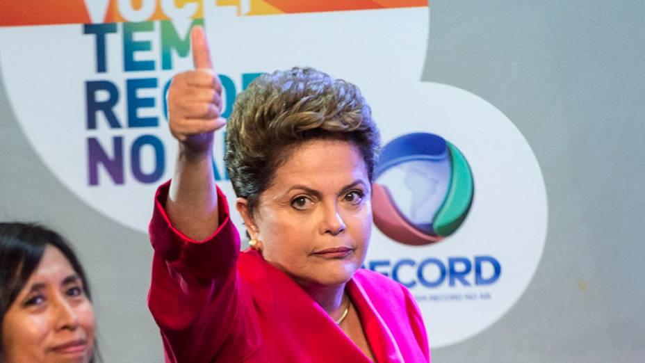 A candidata do PT à Presidência da República, Dilma Rousseff, chega minutos antes do início do debate promovido pela Rede Record, em São Paulo