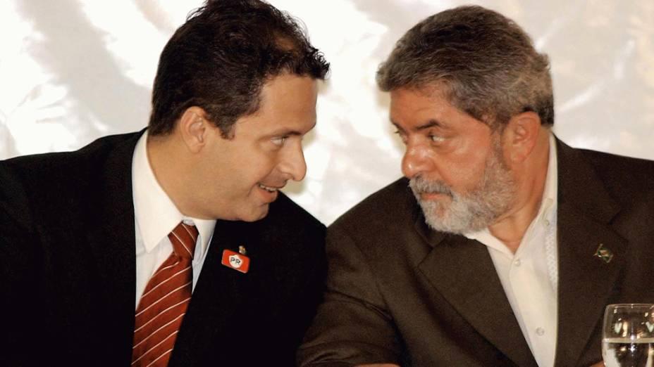 Presidente Lula conversa com o ministro Eduardo Campos durante a assinatura de convênios entre o Ministério da Ciência e Tecnologia e a UFPE - 18/03/2004