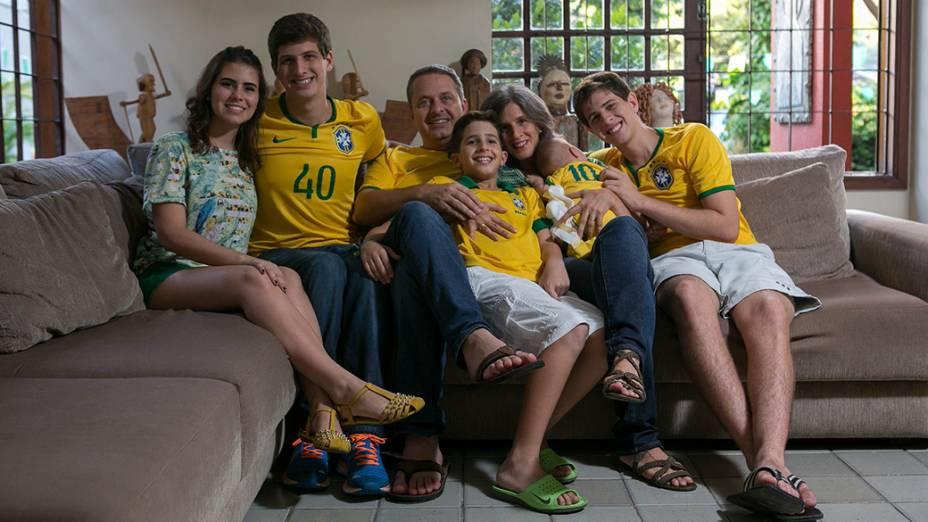 O ex-governador de Pernambuco, Eduardo Campos, assiste ao jogo da seleção brasileira com a família