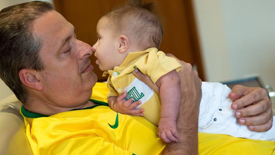 O ex-governador Eduardo Campos com seu filho recém-nascido, Miguel