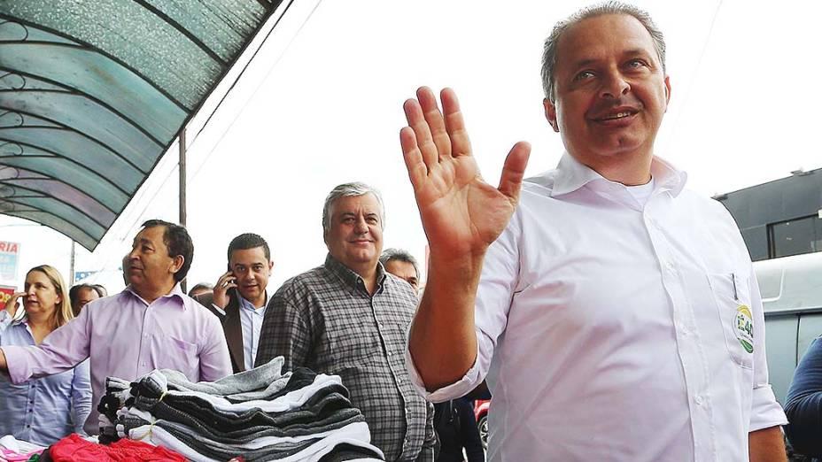 O candidato à Presidência da República, Eduardo Campos faz campanha em Taboão da Serra (SP). Campos se encontrou com o Monsenhor Aguinaldo Carvalho no Santuário de Santa Teresinha, na Vila Santa Luzia. Em seguida seguiu para caminhada pelo centro comercial da cidade - 18/07/2014