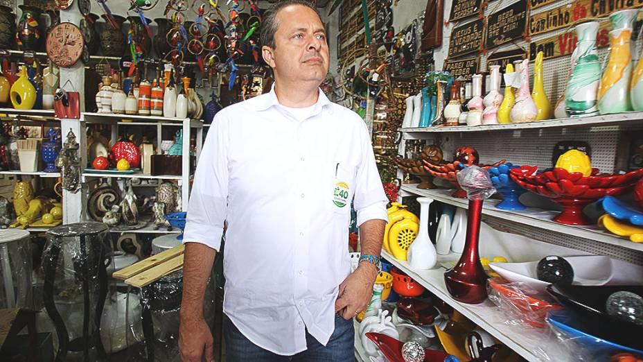 O candidato do PSB à Presidência da República, o ex-governador de Pernambuco Eduardo Campos, durante caminhada pelo centro comercial de Embu das Artes, na Grande São Paulo - 18/07/2014