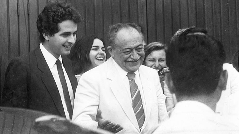 Eduardo Campos acompanha o avô Miguel Arraes, então governador do Pernambuco, em visita ao deputado Ulysses Guimarães, que havia sido submetido a uma angioplastia em São Paulo, em 1987