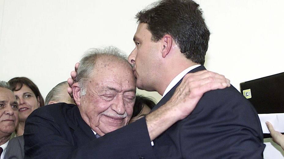 Eduardo Campos é cumprimentado por seu avô, o então deputado Miguel Arraes, ao assumir o ministério da Ciência e Tecnologia, em 2004