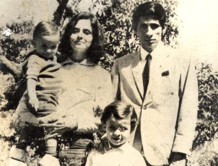 Em foto de família, Eduardo Campos quando criança (de pé), ao lado do pai, Maximiano Accioly Campos, da mãe, Ana Arraes, e do irmão (no colo), Antônio Campos