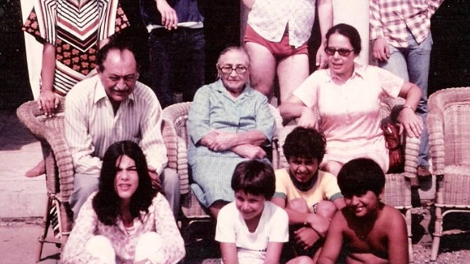 Em foto sem data, Eduardo Campos quando criança (com a camisa da seleção brasileira) em uma reuinão familiar