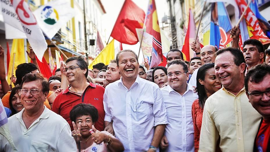 Eduardo Campos, candidato à Presidência da República pelo PSB, faz caminhada pela Rua Grande, na região central de São Luís (MA)