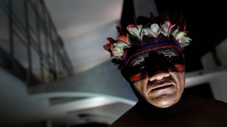 Indígena ocupa entrada do Palácio do Planalto, durante protesto contra a demarcação de terras indígenas e reservas no Brasil