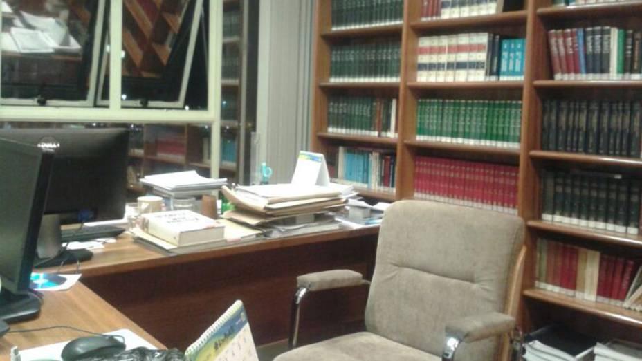 Biblioteca no local do novo emprego de José Dirceu