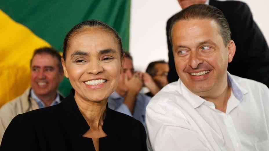 Eduardo Campos olha para Marina Silva durante coletiva de imprensa no Hotel Nacional, em Brasília