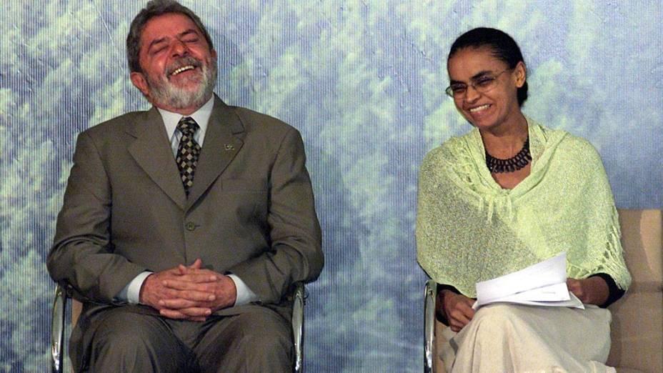 O presidente Lula ao lado da ministra do Meio Ambiente, Marina Silva na cerimônia de instalação da Comissão Coordenadora do Programa Nacional de Florestas, no Palácio do Planalto, em Brasília (2004)