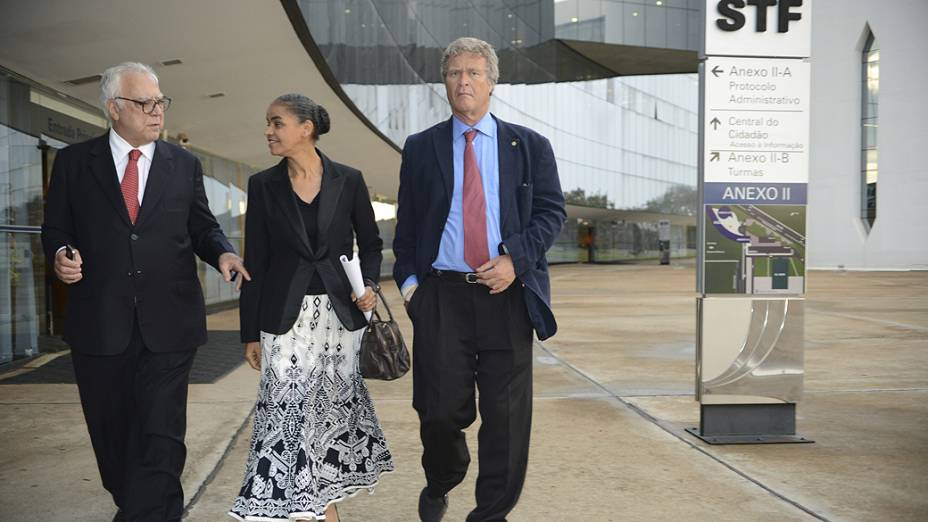 Marina Silva ao lado dos deputados Miro Teixeira e Alfredo Sirkis, após reunião com o ministro Dias Toffoli, do Tribunal Superior Eleitoral (TSE) e do Supremo Tribunal Federal (STF) para tratar da aprovação de seu partido, a Rede Sustentabilidade
