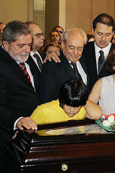 Eduardo Campos no velório de seu avô, o ex-governador Miguel Arraes, em 2005, com o então presidente Lula e o ministro Waldir Pires<br>