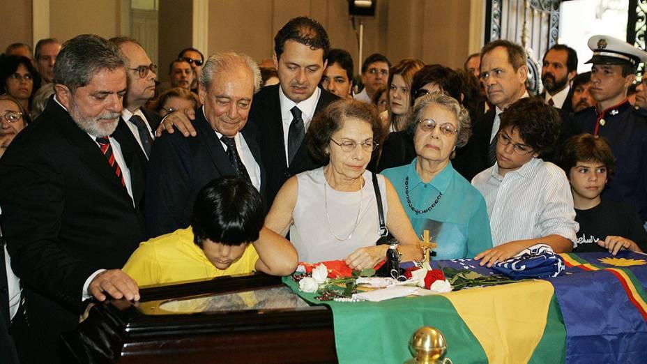 Eduardo Campos no velório de seu avô, o ex-governador Miguel Arraes, em 2005, com o então presidente Lula e o ministro Waldir Pires