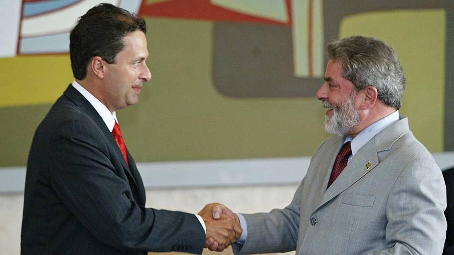 O então presidente Lula cumprimenta o novo ministro de Ciência e Tecnologia, Eduardo Campos, em 2004