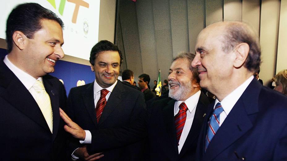 O então presidente Lula conversa com os governadores Eduardo Campos (PE), Aécio Neves (MG) e José Serra (SP), após confirmação do Brasil como sede da Copa de 2014, em 2007, na Suíça