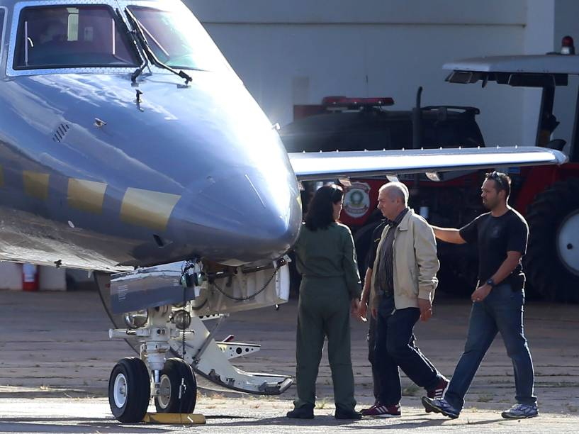 O ex-ministro das Comunicações, Paulo Bernardo, é escoltado por policiais federais em avião, para transferência de Brasília para São Paulo - 23/06/2016
