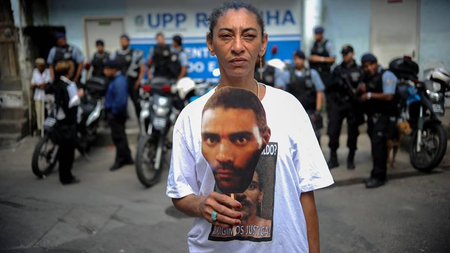 Parentes e amigos de Amarildo de Souza, fazem protesto na Rocinha, no Rio