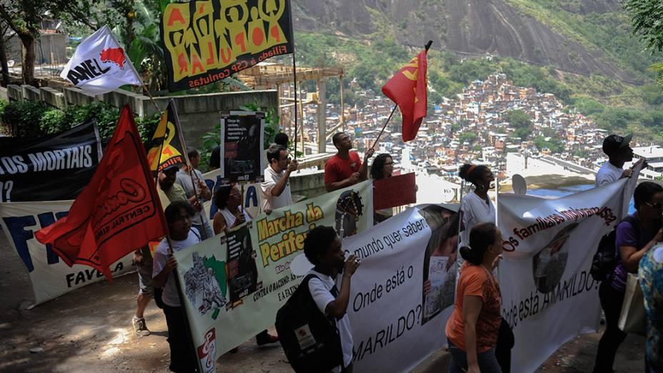 Parentes e amigos de Amarildo de Souza refazem o trajeto onde o ajudante de pedreiro foi visto pela última vez, quando foi levado por policiais militares para a UPP da Rocinha, no Rio