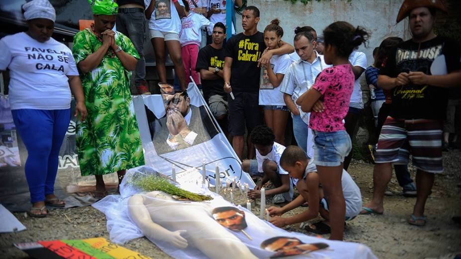 Parentes e amigos de Amarildo de Souza fazem um enterro simbólico em protesto na Rocinha, no Rio