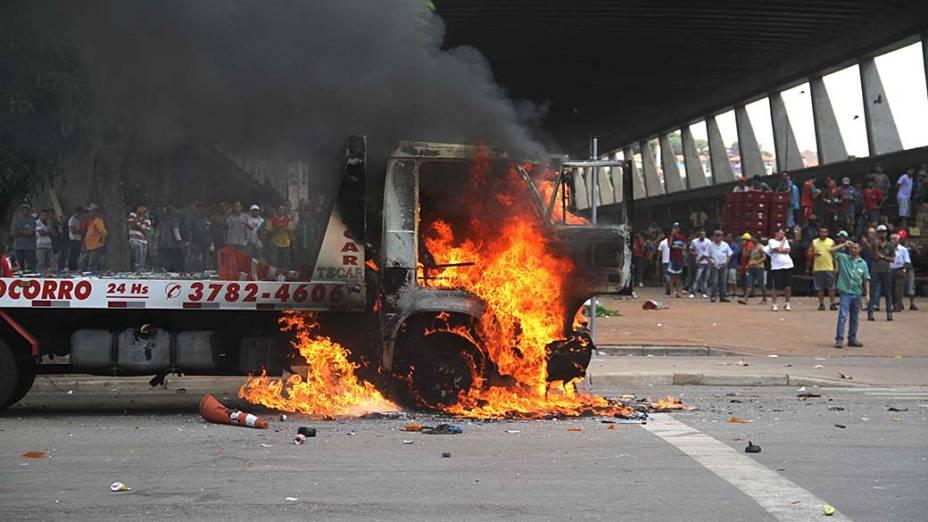 Grupo incendiou veículos, caçambas e também um galpão durante protesto contra a cobrança de estacionamento na Ceagesp, na Zona Oeste de São Paulo