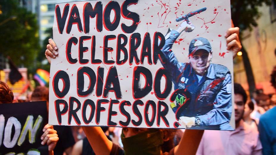 Rio de Janeiro - Manifestantes protestam contra a violência da polícia durante o Dia dos Professores, no centro - (15/10/2013)
