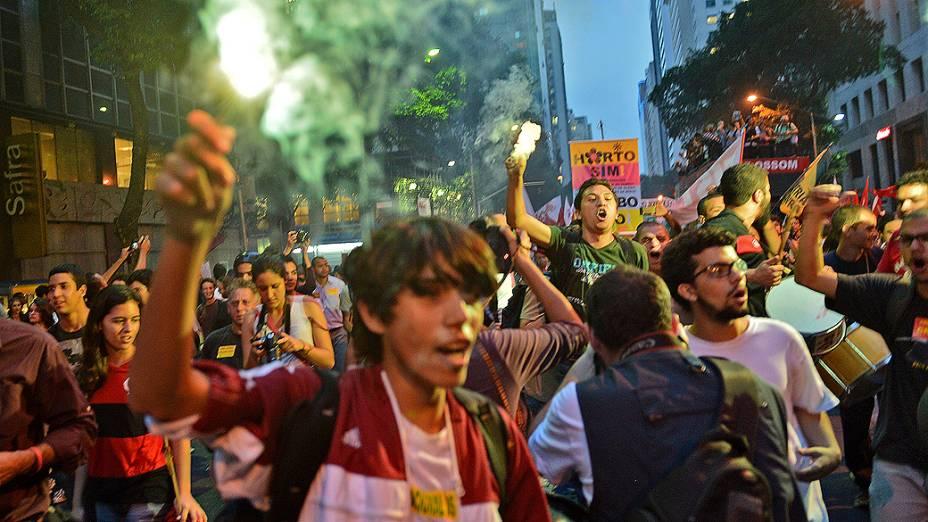 Rio de Janeiro - Manifestantes usam sinalizadores durante protesto no Dia dos Professores, no centro - (15/10/2013)