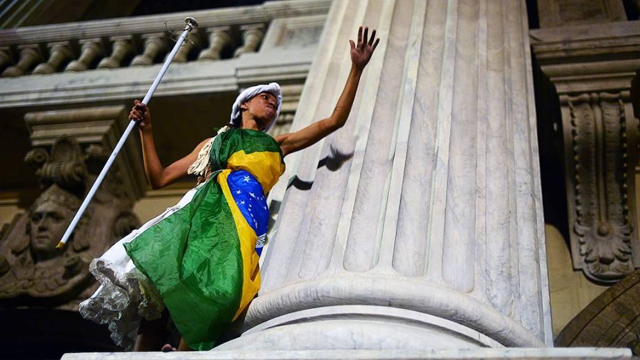 Rio de Janeiro - Manifestante durante protesto no Dia dos Professores, no centro - (15/10/2013)