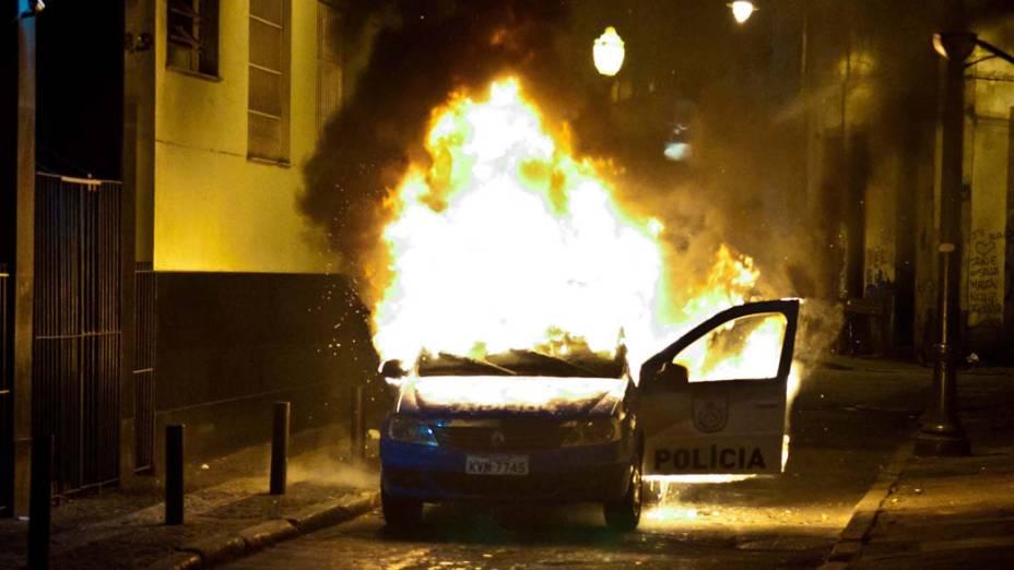 Rio de Janeiro - Uma viatura da polícia foi incendiada durante protesto de professores e integrantes do grupo Black Bloc, no centro - (15/10/2013)