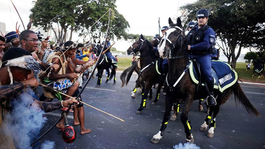 Policia usa bombas de gás lacrimogênio contra índios que protestam próximo ao estádio Mané Garrincha, em Brasília