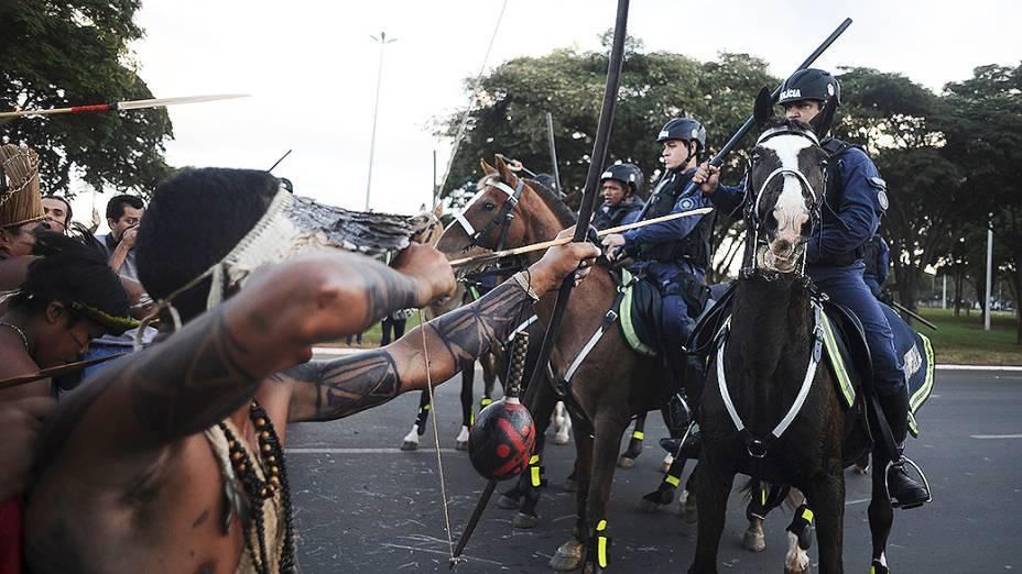 Índios apontam flechas para a polícia durante protesto próximo ao estádio Mané Garrincha, em Brasília